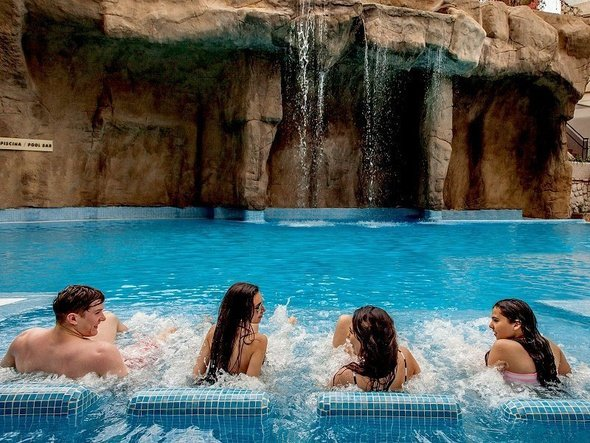 Camas oxigenantes en piscina Hotel Magic Rock Gardens Benidorm